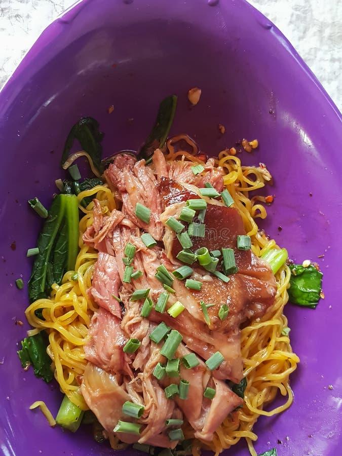 特写镜头,泰国食物样式:& x22; Ba Mhee Kha Moo& x22;鸡蛋面 免版税库存照片