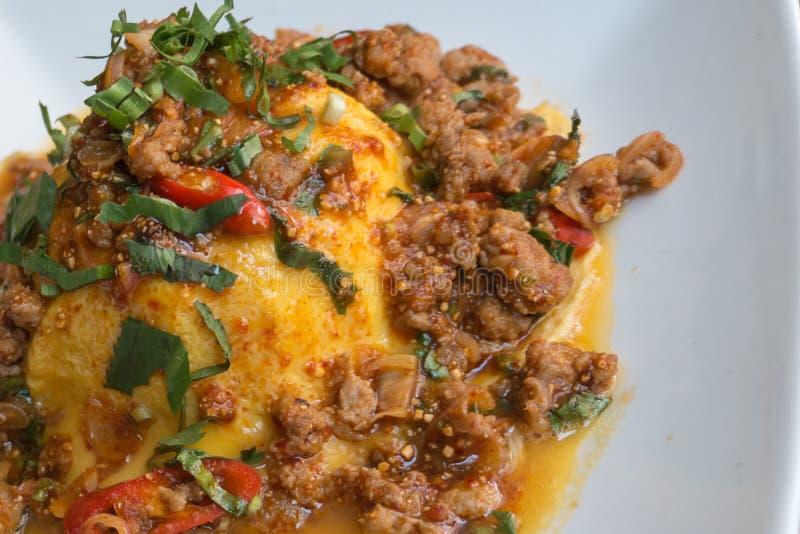 特写镜头,泰国食物样式:& x22; Khai Khon实验室Mhoo& x22;炒蛋 免版税库存图片
