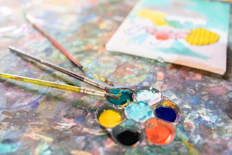 特写,彩色桌上的艺术工具,绘画和调色板,彩笔在画布上绘制水色,学习,活动和 库存图片