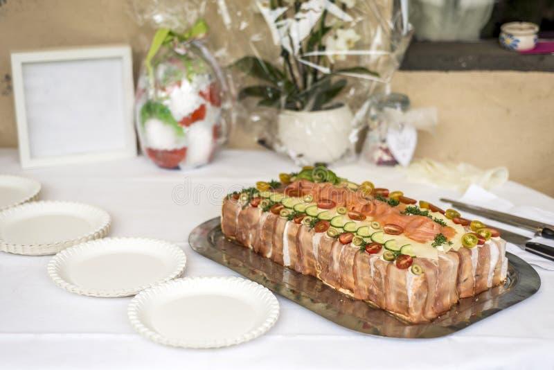 特别传统三明治蛋糕分层堆积用火腿、菜乳酪和调味汁 免版税库存图片