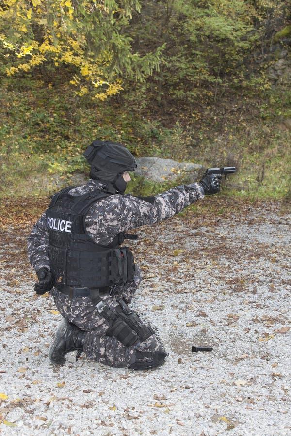 特别反暴力恐怖份子的小队,教练在靶场 库存图片