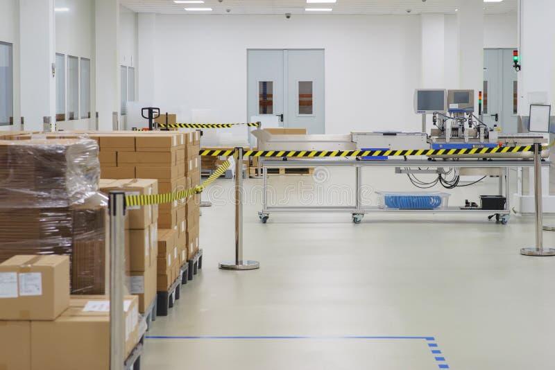 特别室在有一条技术线的科学实验室生产和包装的医疗准备 免版税图库摄影