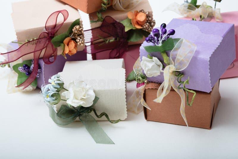 特别种类有丝带的在白色后面的礼物盒和花 免版税库存图片