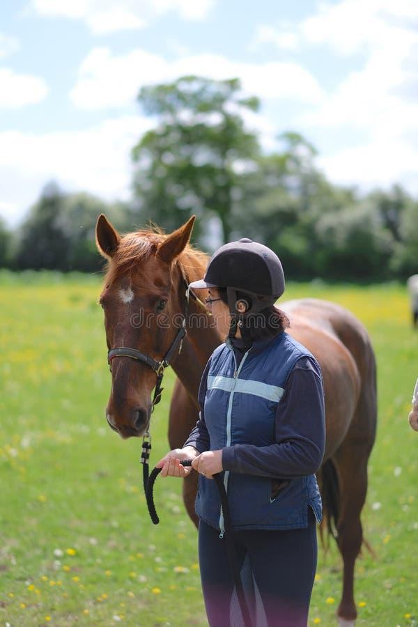 特别齿轮和马的女骑士 免版税库存照片