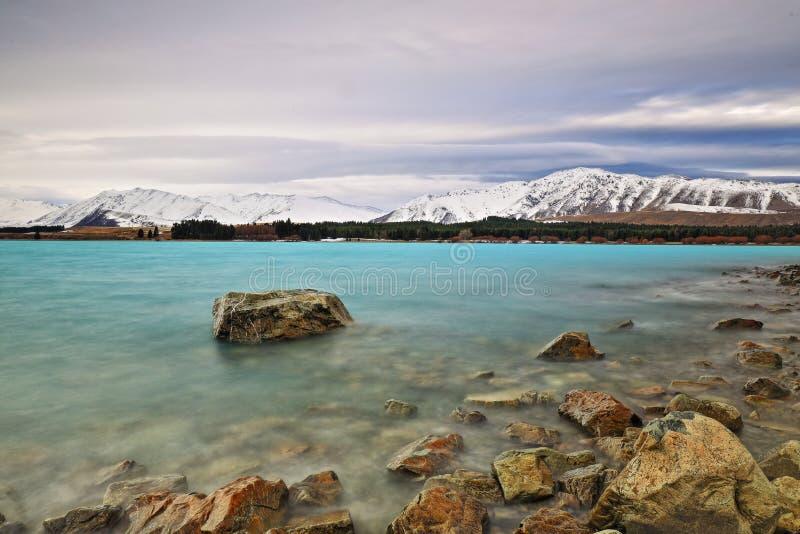 特卡波湖多岩石的海滩长的快门 免版税库存图片