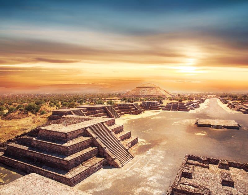 特奥蒂瓦坎、太阳的墨西哥、金字塔和De的大道 免版税库存图片