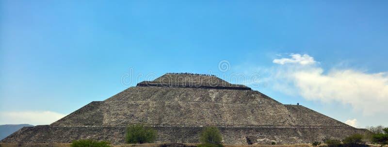 特奥蒂瓦坎金字塔在一天空蔚蓝天 库存图片