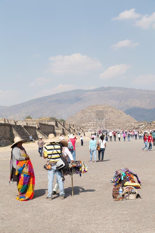 特奥蒂瓦坎,墨西哥- 2018年1月5日 有月亮的Pyramide的特奥蒂瓦坎考古学站点在背景中 库存图片
