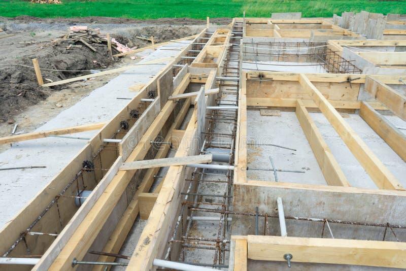 特定基地的生产在房子下的有对一根可移动的木材的用途的 免版税库存照片