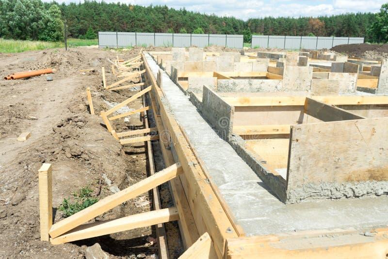 特定基地的生产在房子下的有对一根可移动的木材的用途的 免版税图库摄影