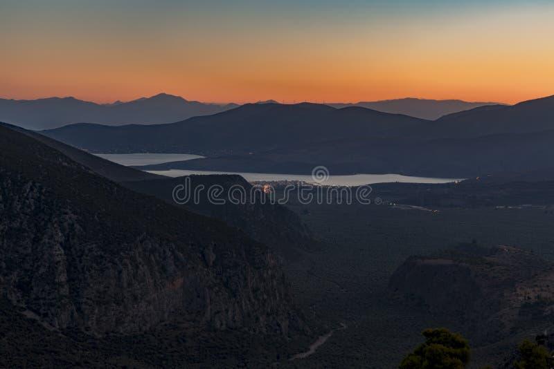 特尔斐山的村庄视图在日落的 库存图片