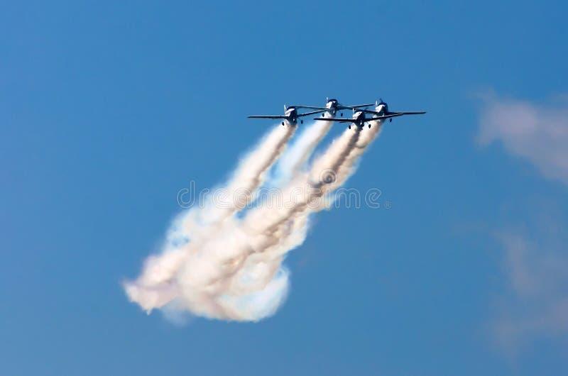特技队航空器战斗机烟雾的痕迹在天空的 免版税库存照片