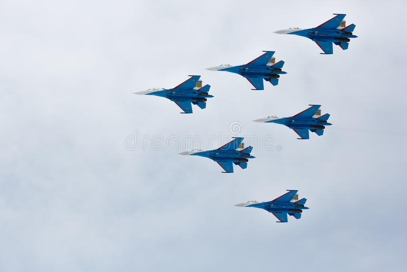 特技飞行由航空小组在飞机Su27上的特技飞行军事空气力量俄国骑士执行了 库存图片