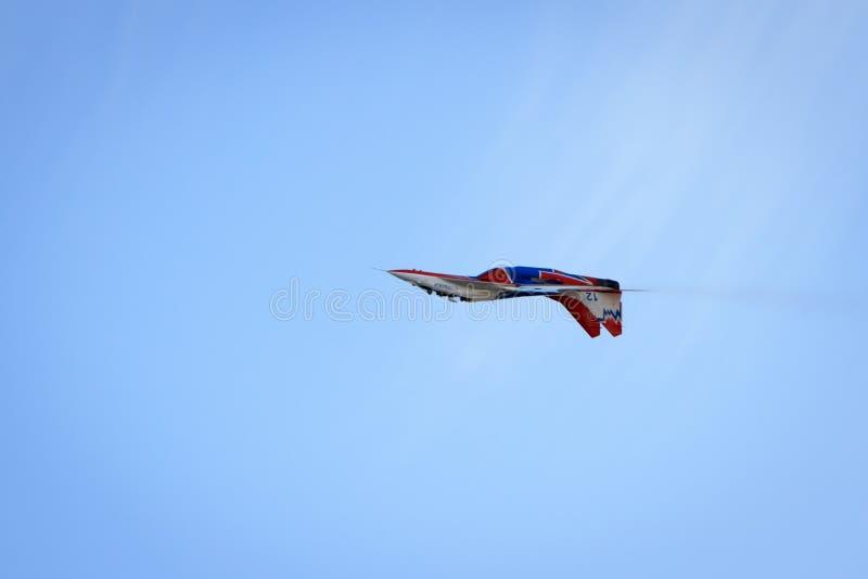 特技飞行由航空小组特技飞行俄罗斯Strizhi的军事空气力量显示 免版税图库摄影