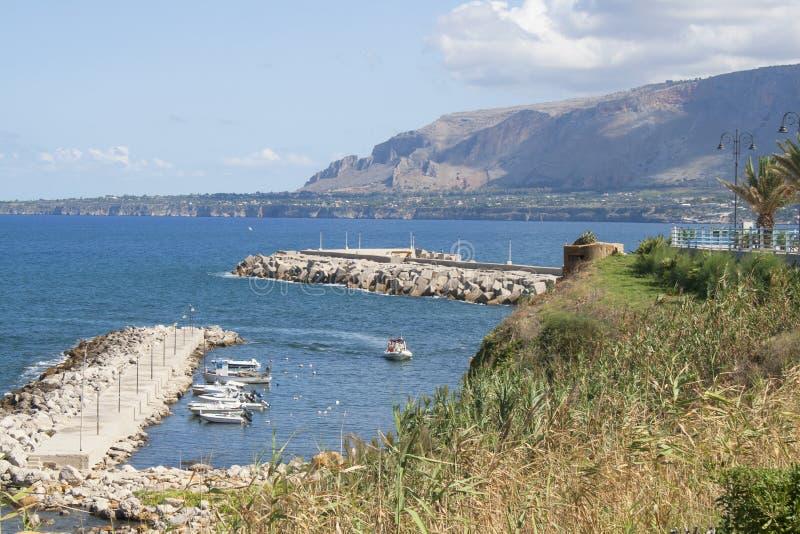 特拉佩托` s海滩和小船小游艇船坞Spiaggia特拉佩托看法  免版税库存图片