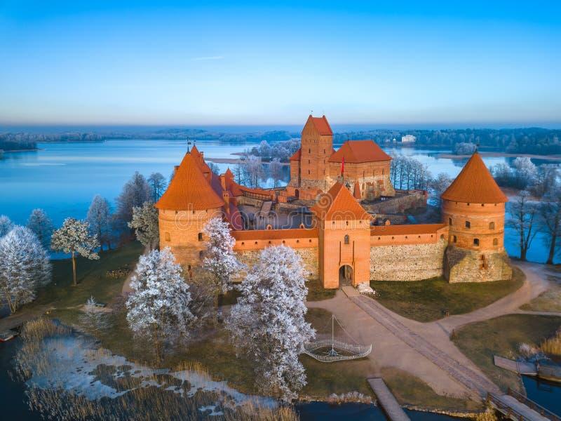 特拉凯城堡在冬天,空中 免版税图库摄影
