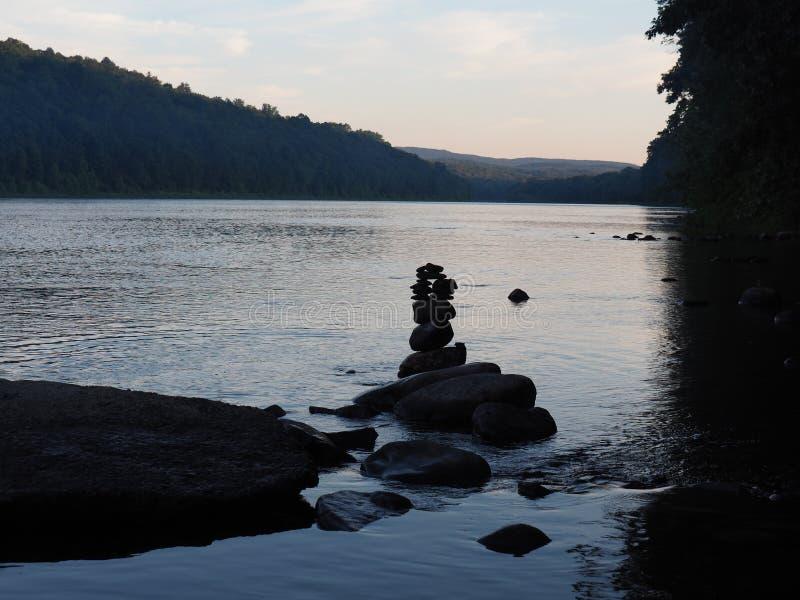 特拉华河和岩石在一个美好的夏日耸立 免版税库存图片