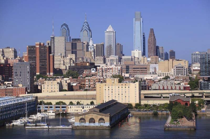 从特拉华河观看的费城地平线 免版税库存照片