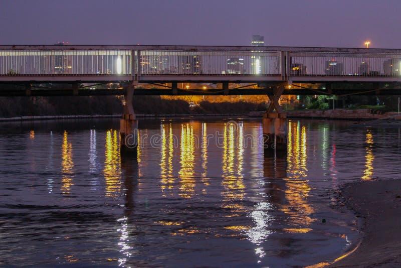 特拉唯夫桥梁和河在城市摩天大楼前面 免版税图库摄影