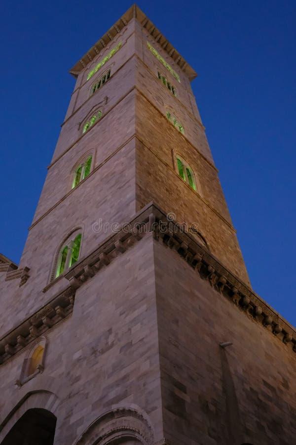 特拉尼意大利 中世纪大教堂的塔特拉尼的,建造在石灰石,在口岸旁边位于海滨人行道 库存照片