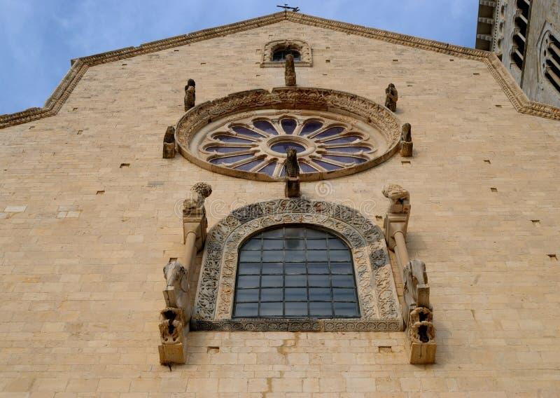 特拉尼主要门面大教堂的圆花窗  免版税库存照片