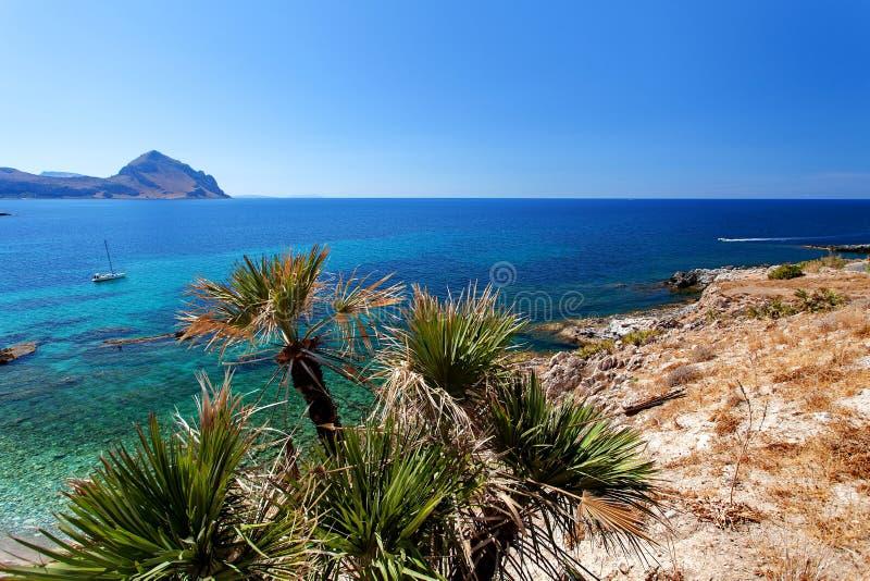 特拉帕尼省,西西里岛,意大利-海从海岸线的海湾和海滩视图在圣维托lo品柱和斯科佩洛之间 免版税库存图片