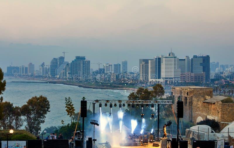 特拉维夫全景日落的,与旅馆的沿海线 阶段的看法表现的,平衡的音乐会 免版税库存图片