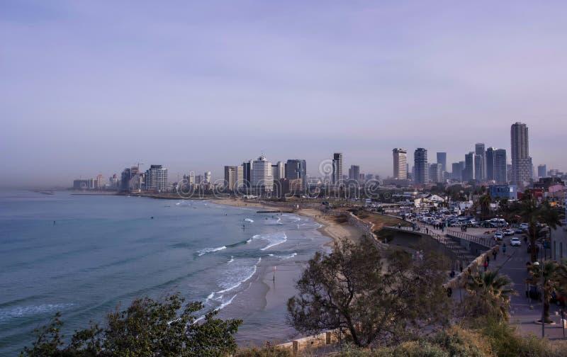 特拉维夫在早晨薄雾以色列的海滩和市地平线 库存图片