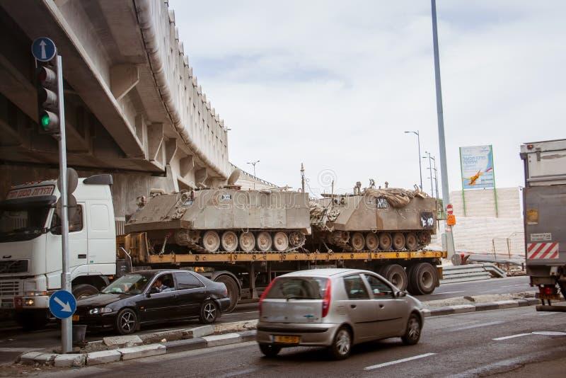 特拉维夫秋天2018年 军用设备沿城市街道运载 卡车是运输坦克 免版税库存图片