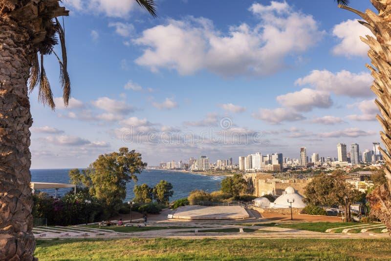特拉维夫,以色列,09/12/2016 城市的美丽的景色海岸的在一晴朗的明亮的天 免版税库存图片