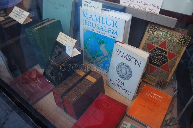 特拉维夫,在商店窗口里提出的古老西伯来书 免版税库存图片