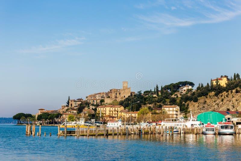 特拉西梅诺湖的一个小中世纪村庄在翁布里亚意大利 免版税库存照片