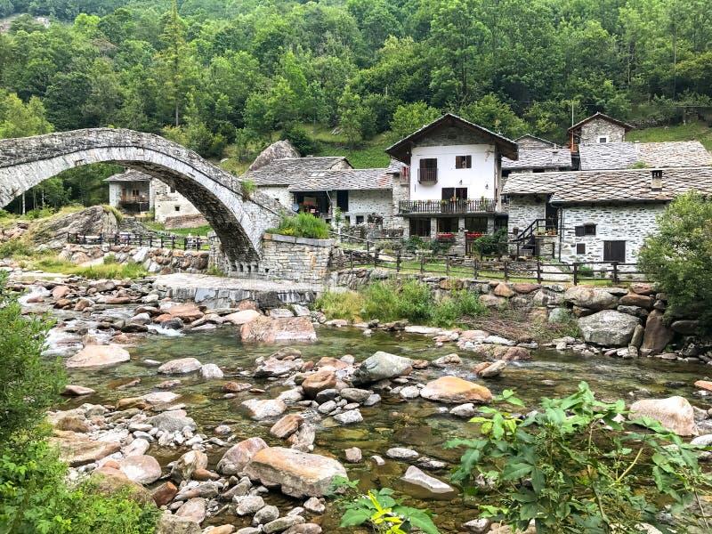特拉韦尔塞拉丰多, Val Chiusella,山麓中世纪镇  库存照片