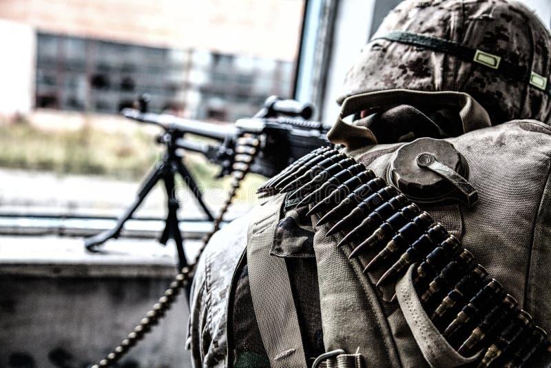 特攻队战士从窗口的机械炮兵生火 库存照片