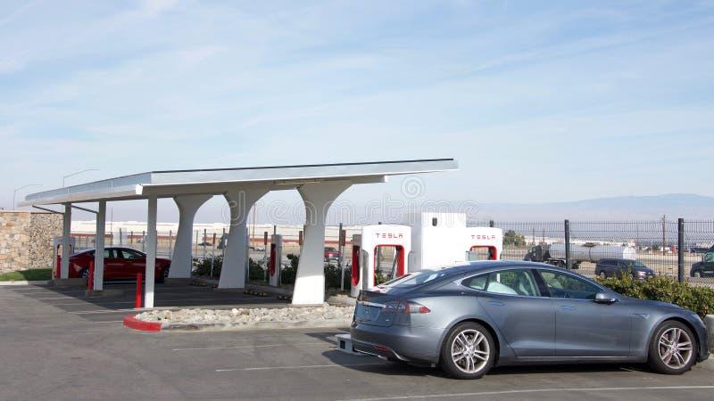 特斯拉增压器驻地在中央加利福尼亚 免版税库存图片