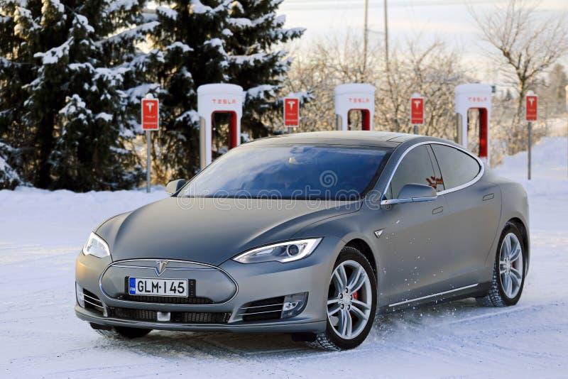 特斯拉模型S电车在冬天 免版税图库摄影