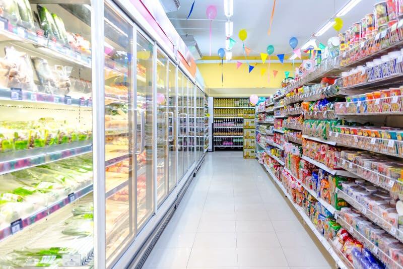 特易购莲花明确内部被射击的超级市场走道以空 库存图片