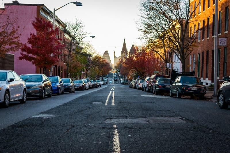 特森在秋天期间的公园大道在巴尔的摩,马里兰 免版税库存照片