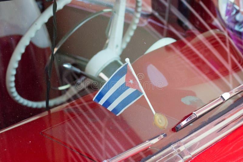 特立尼达,古巴- 2018年7月7日:在老朋友汽车里面的古巴旗子 免版税图库摄影
