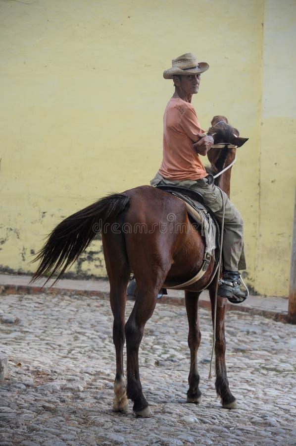 特立尼达,古巴- 2013 1月28日,古巴地方人坐hor 库存图片
