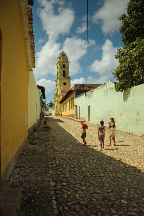 特立尼达,古巴- 2013 5月26日,古巴地方孩子在stree使用 库存照片
