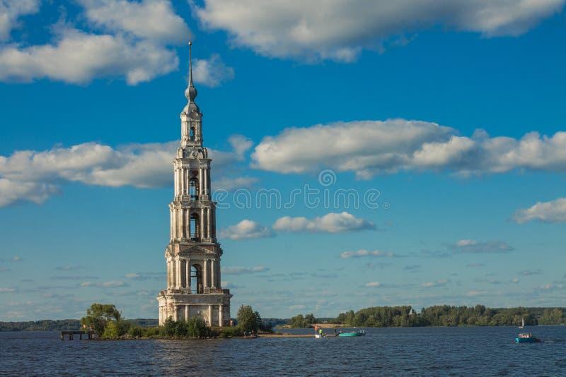 特维尔州地区,俄罗斯 Kalyazinskaya钟楼:被充斥的教会在卡利亚津 免版税库存照片