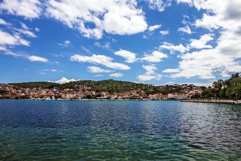 特罗吉尔镇全景海视图,克罗地亚 图库摄影