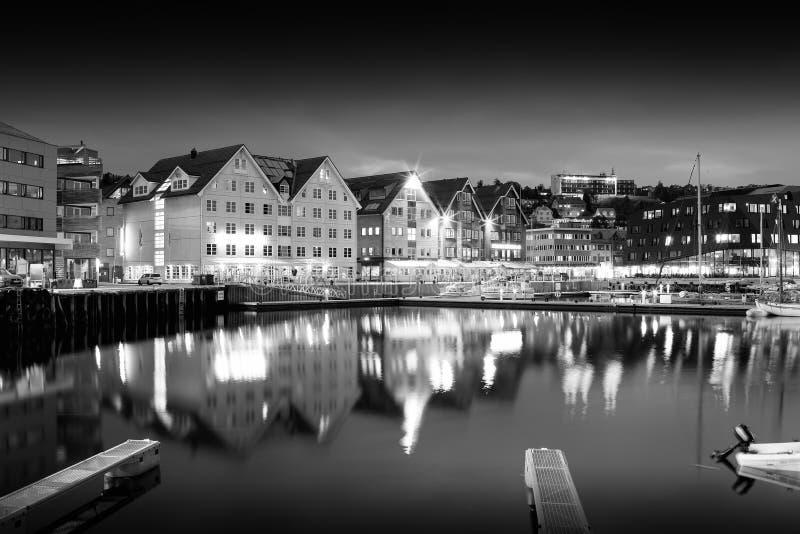 特罗姆瑟夜黑白城市背景 免版税库存照片