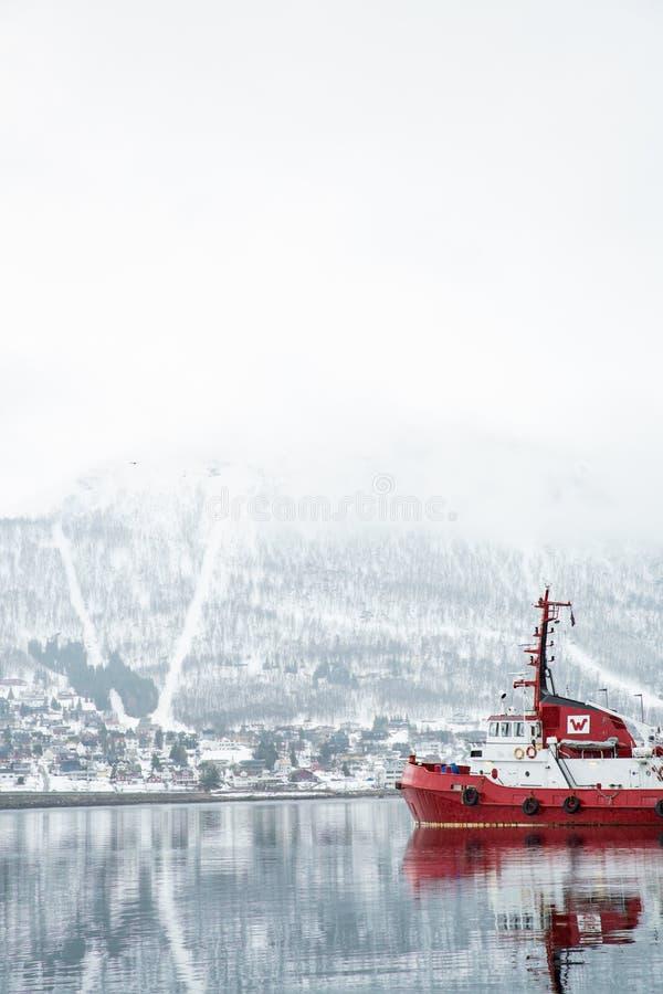 特罗姆瑟看法和江边、倾斜和山在雪 免版税图库摄影