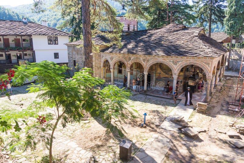 特罗扬修道院的方丈在香客中的在保加利亚 免版税库存图片