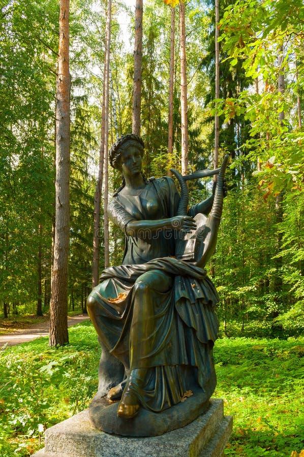 特耳西科瑞铜雕塑-舞蹈冥想  Pavlovsk,圣彼德堡,俄罗斯 库存照片