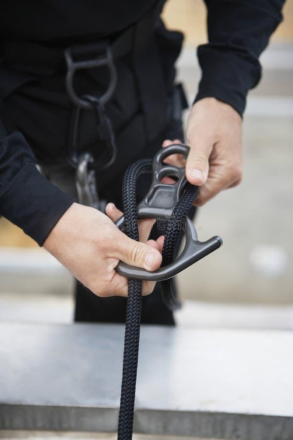 特警队官员用上升的设备 库存图片