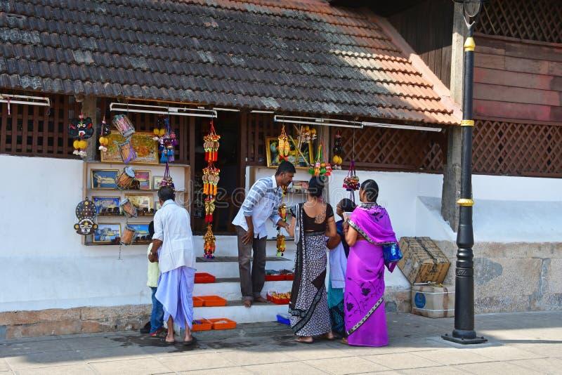 特里凡德琅Tiruvaá ¹ ‰ antapuraá ¹ ,喀拉拉,印度,2019年3月,12日 在纪念品店前面的人们在大君附近宫殿  库存图片