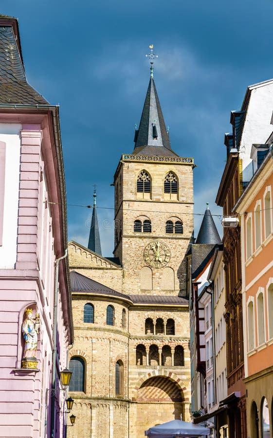 特里尔主教座堂的看法从Hauptmarkt广场的实验者的,德国 图库摄影